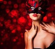 Härlig kvinna i karnevalmaskering Royaltyfria Foton