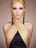 Härlig kvinna i klänning från hår Royaltyfri Foto