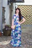 Härlig kvinna i klänning som går i gammal stad av Tallinn Royaltyfri Bild