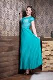 Härlig kvinna i korrugerad klänning för turkos royaltyfri foto