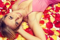 Härlig kvinna i kronblad Royaltyfria Bilder