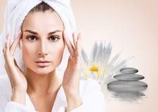 Härlig kvinna i krusningsvatten med lotusblommablomman Arkivfoton