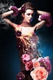 Härlig kvinna i lång blommaklänning Royaltyfria Bilder