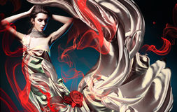 Härlig kvinna i lång felik klänning Royaltyfria Bilder