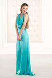 Härlig kvinna i lång klänning för grön azzure fotografering för bildbyråer