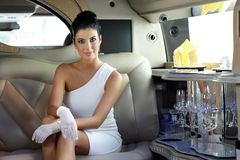 Härlig kvinna i limousine Arkivfoto