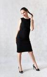 Härlig kvinna i liten svart klänning Arkivfoton