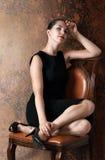 Härlig kvinna i liten svart klänning Royaltyfri Fotografi