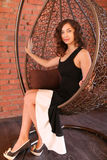 Härlig kvinna i lyxig fåtölj Royaltyfria Bilder