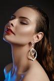 Härlig kvinna i lyxiga modeörhängen Skinande smycken för diamant med briljantar Tillbehörsmycken, modemakeup Royaltyfria Bilder