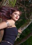 Härlig kvinna i mörk skog Fotografering för Bildbyråer