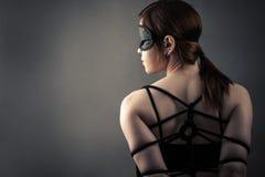 Härlig kvinna i maskering och träldom Arkivbilder