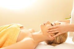 Härlig kvinna i massagesalong Arkivbilder