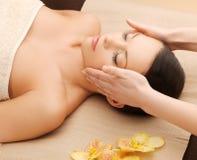 Härlig kvinna i massagesalong Arkivfoton