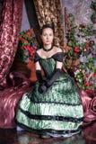 Härlig kvinna i medeltida klänning Royaltyfri Foto