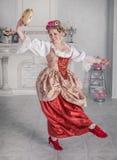 Härlig kvinna i medeltida klänning med tamburindans royaltyfria bilder