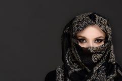 Härlig kvinna i mitt - östliga Niqab skyler Fotografering för Bildbyråer