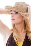 Härlig kvinna i moderiktigt tänka för hattanseende Royaltyfri Foto