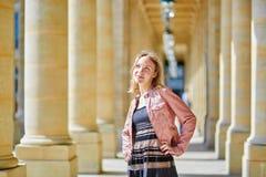 Härlig kvinna i Palais Royale i Paris Arkivbild