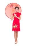 Härlig kvinna i röd japansk klänning med paraplyet som isoleras på Fotografering för Bildbyråer