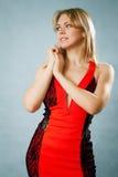 Härlig kvinna i röd klänning Royaltyfri Fotografi