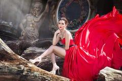 Härlig kvinna i röd klänning royaltyfria foton