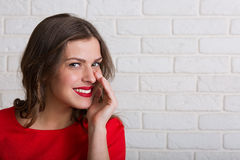 Härlig kvinna i röd klänning royaltyfri foto