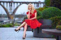 Härlig kvinna i röd klänning på aftonen Arkivbilder