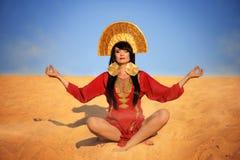Härlig kvinna i röd klänning på sand Arkivbilder