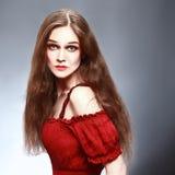Härlig kvinna i röd stående Arkivfoton
