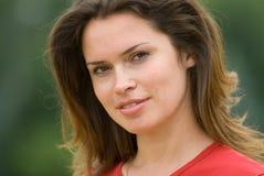 Härlig kvinna i röd t-skjorta fotografering för bildbyråer