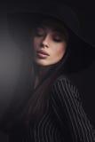 Härlig kvinna i retro hatt Arkivfoto