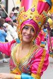 Härlig kvinna i rosa färger och den guld- dräkten, karneval, Peru Fotografering för Bildbyråer