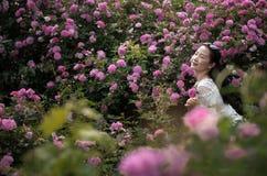 Härlig kvinna i rosträdgård Royaltyfri Foto
