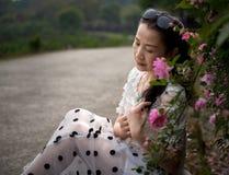 Härlig kvinna i rosträdgård Royaltyfria Bilder