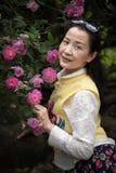 Härlig kvinna i rosträdgård Fotografering för Bildbyråer