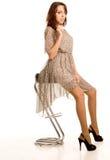 Härlig kvinna i a se-till och med klänningen Arkivfoto