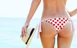 Härlig kvinna i sexig bikini på stranden Arkivfoton