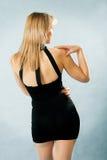 Härlig kvinna i sexig svart klänning Royaltyfri Bild