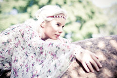 Härlig kvinna i skogen Arkivfoto