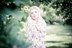 Härlig kvinna i skogen Royaltyfria Bilder