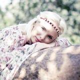 Härlig kvinna i skogen Arkivfoton