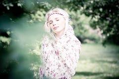 Härlig kvinna i skogen Fotografering för Bildbyråer