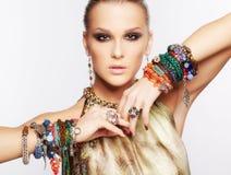 Härlig kvinna i smycken Arkivfoto