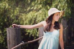 Härlig kvinna i sommarljus Arkivfoto