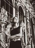 Härlig kvinna i spegels korridor av den Versailles slotten arkivbilder