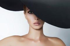 Härlig kvinna i stor hatt Arkivbild