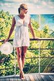 Härlig kvinna i strandhuset Arkivbilder