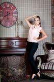Härlig kvinna i studion, lyxig stil Beige blus stay royaltyfri bild