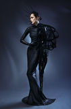 Härlig kvinna i svart gotisk klänning Framsidan som bär en maskering royaltyfri foto
